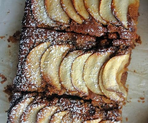 Gâteau aux dattes (Spiced toffee apple cake)